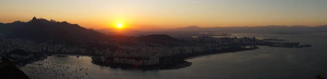 Взгляды ночи к Рио затаивают от горы хлебца сахара после захода солнца в Рио-де-Жанейро, Бразилии Стоковые Изображения