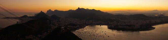 Взгляды ночи к Рио затаивают от горы хлебца сахара после захода солнца в Рио-де-Жанейро, Бразилии Стоковое фото RF