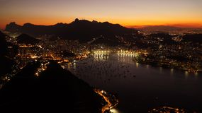 Взгляды ночи к Рио затаивают от горы хлебца сахара после захода солнца в Рио-де-Жанейро, Бразилии Стоковая Фотография RF
