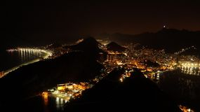 Взгляды ночи к Рио затаивают от горы хлебца сахара после захода солнца в Рио-де-Жанейро, Бразилии Стоковые Фотографии RF