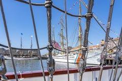 Взгляды орла tallschip USCGC вдоль такелажирования РУКИ Cuauhtémoc tallship стоковые изображения rf