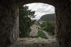 Взгляды от одного из защитительных окон замка Buda, Будапешта, Венгрии стоковое изображение