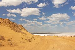 Взгляды песчанных дюн Красивая пустыня песка с голубым небом и whi Стоковые Фото
