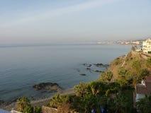 Взгляды пляжа в Испании с пальмами Стоковое Фото