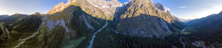 Взгляды показывая высокие горы, реки, леса, долины и высокогорный ландшафт Ла Fouly в кантоне Вале, Швейцарии стоковая фотография rf
