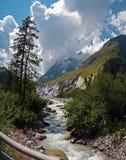 Взгляды показывая высокие горы, реки, леса, долины и высокогорный ландшафт Ла Fouly в кантоне Вале, Швейцарии стоковое фото rf