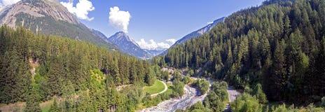 Взгляды показывая высокие горы, реки, леса, долины и высокогорный ландшафт Ла Fouly в кантоне Вале, Швейцарии стоковое фото