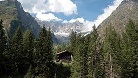 Взгляды показывая высокие горы, реки, леса, долины и высокогорный ландшафт Ла Fouly в кантоне Вале, Швейцарии стоковые изображения rf