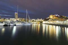 Взгляды порта Аликанте и города во время холодной зимы стоковые изображения