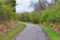 Взгляды природы и троп вдоль Greenway дн Shelby и естественных следов frontage Рекы Cumberland зоны, hardw bottomland стоковые изображения rf