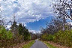 Взгляды природы и троп вдоль Greenway дн Shelby и естественных следов frontage Рекы Cumberland зоны, hardw bottomland стоковое фото rf