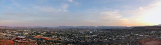 Взгляды пустыни и города панорамные от троп вокруг St. George Юты вокруг холма Бек, Chuckwalla, стены черепахи, оправа рая, стоковое изображение rf