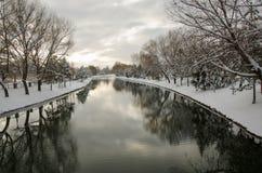 Взгляды реки во время снежной зимы стоковые фотографии rf