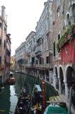 Взгляды реки Apostoli и красивых гондол причаленных от моста в CountrysideApostoli в Венеции Перемещение, праздники, стоковое фото