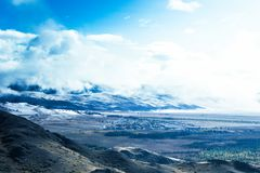 Взгляды снега покрыли пики и лес стоковое фото rf