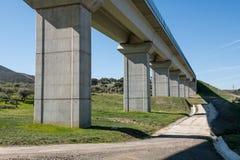 Взгляды снизу моста следов поезда около Grimaldo стоковое фото rf
