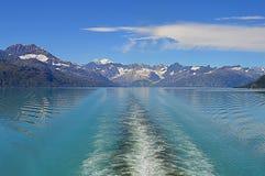 Взгляды туристического судна залива ледника стоковое фото