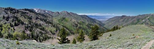 Взгляды Tooele от гор Oquirrh вдоль гор Уосата передних скалистых, медным рудником Kennecott Рио Tinto, смотря внутри Стоковые Изображения RF