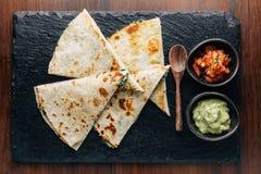 взгляд ฺTop Quesadillas шпината и сыра Baked, который служат с сальсой и гуакамоле стоковая фотография rf