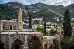 Взгляд аббатства Bellapais с деревней на предпосылке Kyrenia стоковые изображения