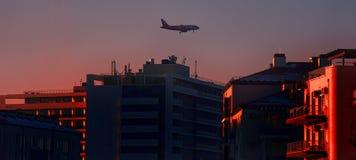 взгляд авиалайнера двигателя в полете в город Стоковая Фотография RF