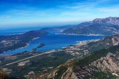Взгляд авиапорта Tivat, полуострова Lustica и адриатического побережья Стоковая Фотография RF