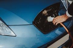 Взгляд автомобиля Tesla Концепция штепсельной вилки обязанности автомобиля стоковое изображение