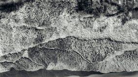 Взгляд антенны ухудшающийся моря развевает на красивом заходе солнца стоковое фото