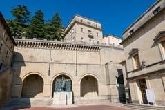 """Взгляд аркады Sant """"Agata в Сан-Марино в летнем дне стоковое фото rf"""