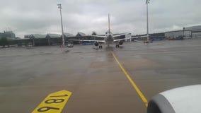 Взгляд аэропорта через иллюминатор воздушных судн Воздушное судно двигает вокруг вида с воздуха от самолета акции видеоматериалы