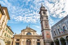 Взгляд базилики романск церков Сан Vittore и колокольни Bernascone в Варезе Стоковая Фотография