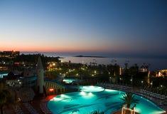 взгляд бассеина ночи гостиницы Стоковое фото RF