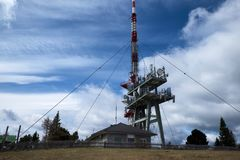 Взгляд башни и станции сотового телефона Стоковое фото RF