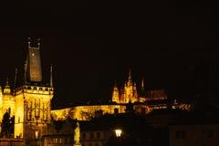 Взгляд башни Карлова моста Украшение рождества ночи главной площади ` s Праги Улица, открытая местность Рождество внутри Стоковые Фото