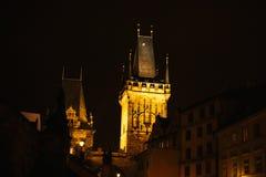 Взгляд башни Карлова моста Украшение рождества ночи главной площади ` s Праги Улица, открытая местность Рождество внутри Стоковое фото RF