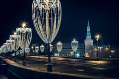 Взгляд башни Кремля на красной площади от обваловки с освещением Chrismas в Москве на ноче Стоковые Фото