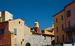 Взгляд башни с часами St Tropez против голубого неба лета стоковые изображения