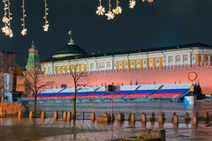 Взгляд башни Spasskaya Москвы Кремля и Дворца съездов от красной площади Стоковое Фото