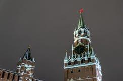 взгляд башни spasskaya России ночи kremlin moscow moscow Россия стоковая фотография