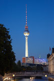 Взгляд башни Tv, Берлин к ноча Стоковые Изображения RF