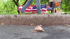 Взгляд бездомного человека спать на стенде в улице сток-видео