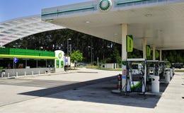 Взгляд бензозаправочной колонки BP широкий стоковое изображение
