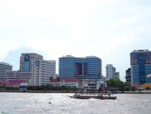 Взгляд берега реки больницы Siriraj, с шлюпкой, в яркое солнечном, Стоковые Фото