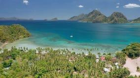 Взгляд береговой линии воздушного трутня панорамный Cabanas Las приставает к берегу с парусником в открытом море, песчаном пляже  видеоматериал