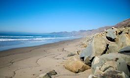 Взгляд береговой линии Калифорнии океана и утесов стоковые изображения rf