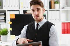 Взгляд бизнесмена с таблеткой в офисе Стоковая Фотография RF
