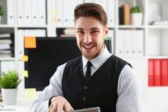 Взгляд бизнесмена с таблеткой в офисе Стоковые Фото