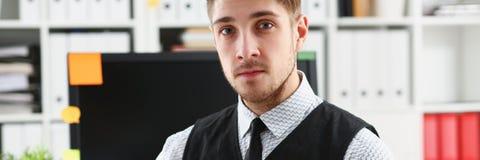 Взгляд бизнесмена с таблеткой в офисе Стоковые Фотографии RF