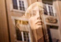 взгляд блондинкы близкий думмичный женский Стоковое Фото