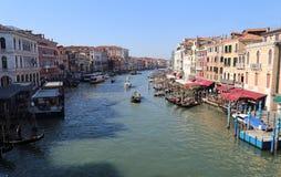 Взгляд большого канала от моста Rialto в Венеции, Италии стоковые фото
